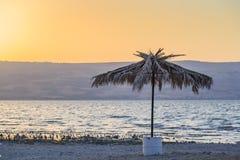 Verlaten Strand Kineret De oude paraplu van het palmstro royalty-vrije stock fotografie