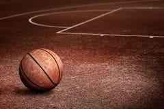 Verlaten Streetball-Hof stock fotografie