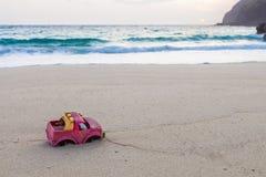 De Vrachtwagen van het stuk speelgoed op het Strand Stock Afbeeldingen