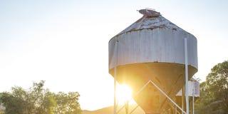 Verlaten tank met mening van bergbovenkant en zonsondergang royalty-vrije stock foto
