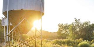 Verlaten tanks met trechterbodem bij zonsondergang royalty-vrije stock fotografie