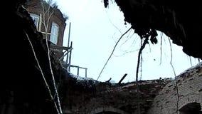 Verlaten tempel in het Kaluga-gebied van Centraal Rusland stock footage