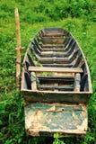 Verlaten Thaise stijl houten boot i Stock Foto