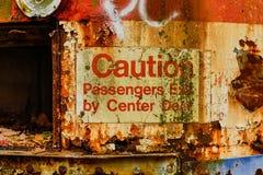 Verlaten Tram in Houtclose-up van Voorzichtigheidsteken Stock Afbeelding