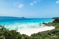 Verlaten tropisch eilandstrand en duidelijk blauw water, zuidelijk Japan royalty-vrije stock afbeelding