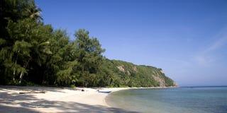 Verlaten tropisch strand Stock Foto's