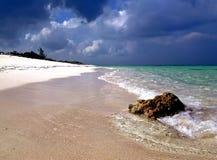 Verlaten tropisch strand Stock Afbeeldingen