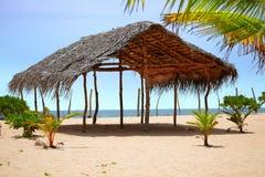 Verlaten tropisch strand van zacht zand Royalty-vrije Stock Foto's