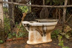 Verlaten Uitstekend Oud Toilet buiten Slordig Pakhuis - Natte Conc stock afbeelding