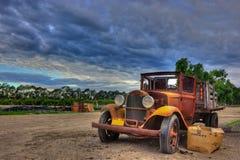 Verlaten uitstekende flatbed vrachtwagen Royalty-vrije Stock Foto