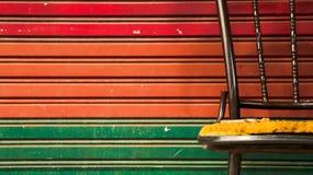 Verlaten Uitstekende Metaalstoel met de Kleurrijke Deur van het Rolblind stock foto