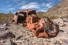 Verlaten uitstekende roestige auto stock foto's