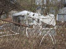 Verlaten vernietigd blokhuis in klein Russisch dorp stock foto's