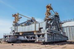 Verlaten vervoer en installatieeenheids` Sprinkhaan ` voor ruimteschip Buran en Energiehulpraket bij cosmodrome Baikonur stock afbeeldingen