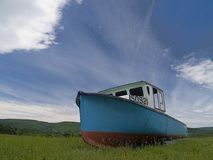 Verlaten vissersboot stock foto