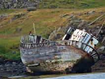 Verlaten vissersboot in IJsland stock foto's