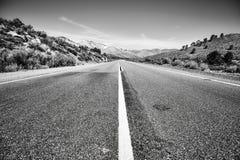 Verlaten weg in de Doodsvallei, Californië, de V.S. Royalty-vrije Stock Foto's