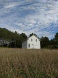 Verlaten weinig huis op de prairie stock fotografie