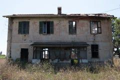 Verlaten wijnoogst versleten landbouwbedrijfhuis stock fotografie
