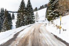 Verlaten Windende Bergweg die in Sneeuw in de Winter wordt behandeld stock fotografie