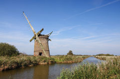 Verlaten Windmolen op Norfolk Broads Royalty-vrije Stock Foto's