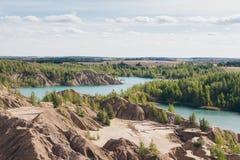 Verlaten zandsteengroeve aan het blauwe meer Royalty-vrije Stock Foto's