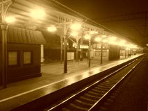 Verlatend het 's nachts Station royalty-vrije stock afbeeldingen