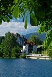 Verlaufenes Schloss und See stockfotos