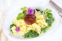Verleden met vleesballetje en spinazie Royalty-vrije Stock Foto