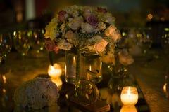 Verlegen Sie decoraction, Nachthochzeitsdekoration mit Kerzen und Weingläser, Hochzeitsmittelstück Stockfotos