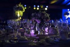 Verlegen Sie decoraction, Nachthochzeitsdekoration mit Kerzen und Weingläser, Hochzeitsmittelstück Lizenzfreies Stockbild