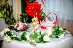 Verlegen Sie für die Jungvermähltengeschenke mit roten Blumen Lizenzfreie Stockfotografie