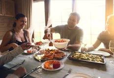 Verlegen Sie mit Wei?wein, Garnelen, Salat und graten stockfoto