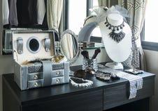 Verlegen Sie Spiegel, Sonnenbrille, Schmuck und Make-upbürsten auf einer Tabelle stockbild