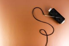 Verlegen Sie und eine Nadel auf einer Hintergrundpop-arten-Art lizenzfreie stockfotografie