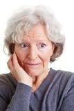 Verlegene alte Frau Stockfotos