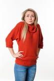 Verlegene junge blonde Frau, die ihre Schultern für Fehler zuckt Stockfotos