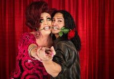 Verlegenes Mann-Tanzen mit Transvestiten Stockbilder