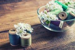 Verlegt Spulen mit Blumen Stockfotos