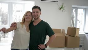 Verlegung an gemietetem Haus, Porträt von neuen Wohnungsinhabern der Jungvermählten zeigen Schlüssel zur Ebene und zur Umarmung w stock video