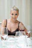 Verleidelijk blonde die met glas wijn rusten Royalty-vrije Stock Foto's