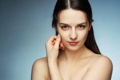 Verleidelijk jong brunette met perfecte huid Stock Fotografie