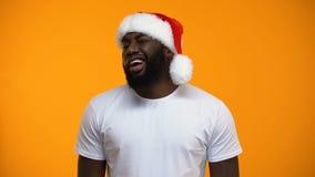 Verleidelijke Afro-Amerikaanse luchtkus verzenden en Kerstmanmens die, Carnaval-partij knipogen stock footage