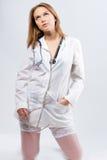 Verleidelijke blonde arts met glazen stock foto