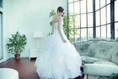 Verleidelijke donkerbruine bruid die op huwelijk wachten Stock Foto's