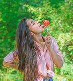Verleidelijke eetlust Vrouwenhoogtepunt van wens die tomaat eten Het meisje houdt vork met sappige rijpe tomaat Het meisje aanbid stock afbeelding