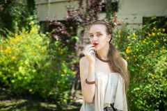 Verleidelijke het meisje eet aardbeien stock afbeelding