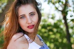 Verleidelijke jonge vrouw op een winderige dag stock foto