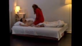 Verleidelijke maitresse die liefde met de mens in bed maken, overspel, vertrouwelijke relaties stock foto