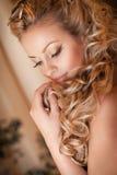 De vrouw van de blonde met diamantjuwelen met kapsel en make-up Royalty-vrije Stock Afbeelding